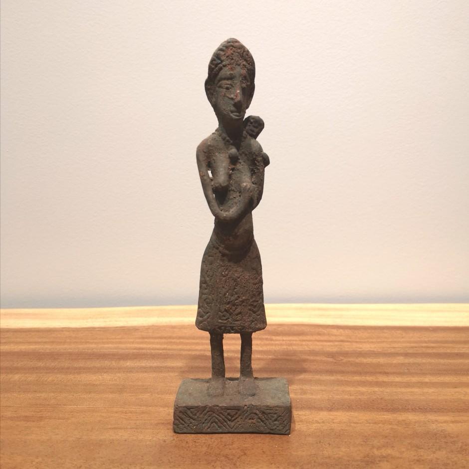 Statue batak de femme  et son enfant en laiton
